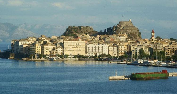 Der Hafen auf Korfu im Ionischen Meer