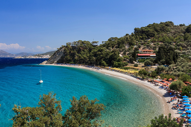 Tsamadou Beach Samos, dahinter grüne Begirgslandschaft