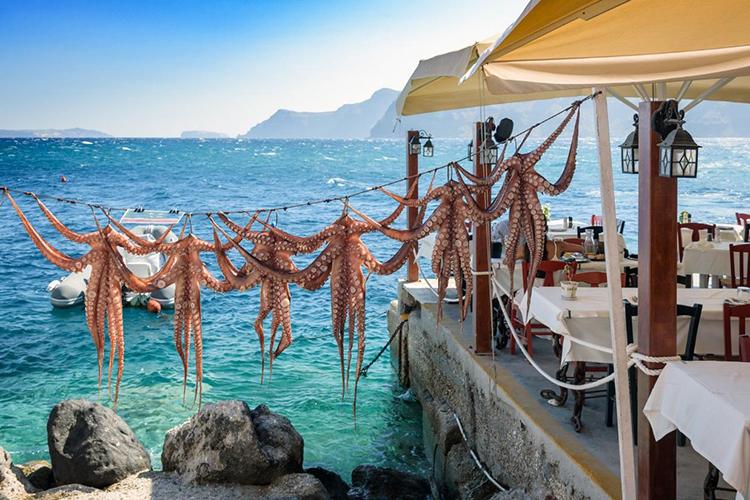 Griechisches Restaurant auf der Insel Santorini